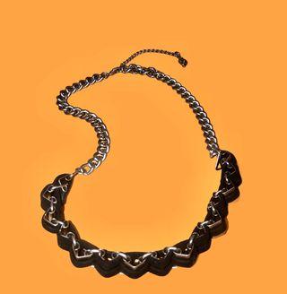 Collar con cadena en plateado y negro