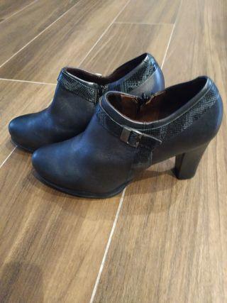 Zapatos piel Pitillos negros. Talla 39. Nuevos