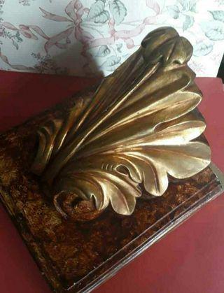 Mensula, peana de escayola y pan de oro.
