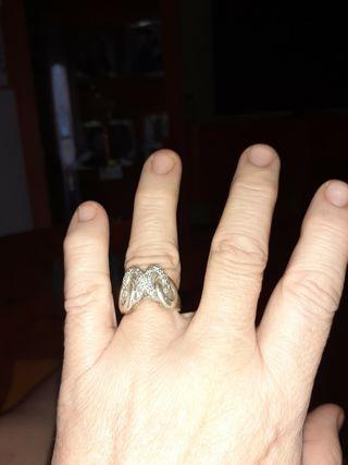 anillo de plata y grabado simulando piedras