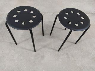 2 taburetes negros