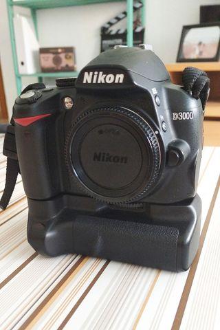 Cámara réflex Nikon D3000 + empuñadura + mochila