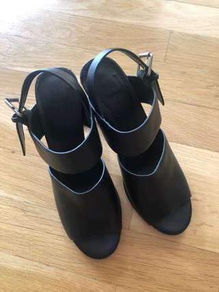 Sandalias negras piel con tacón transparente