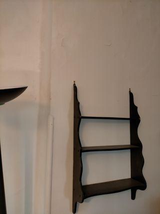 Estantería antigüa de madera con tres baldas
