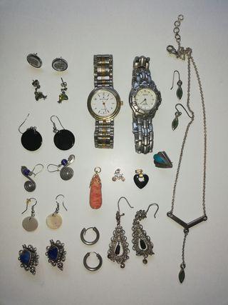 Pendientes, colgantes y relojes.