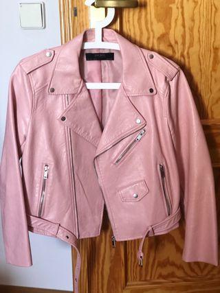 Cazadora biker rosa de Zara, talla L