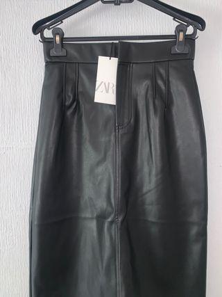 Falda de cuero de tiro alto