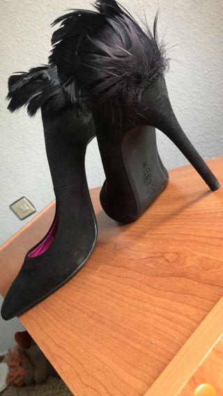 Zapato con plumas.