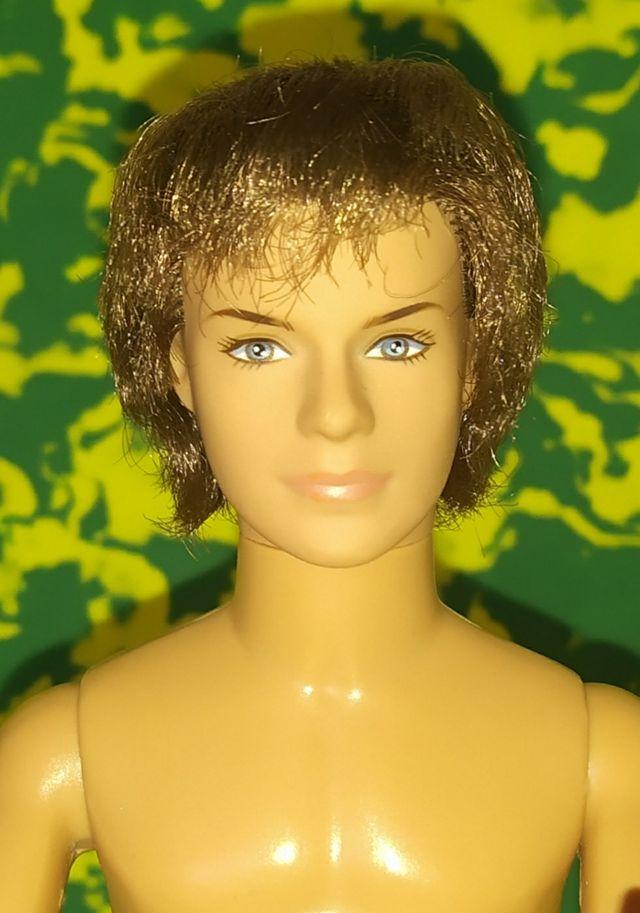 Ken articulado muñeco de Barbie.