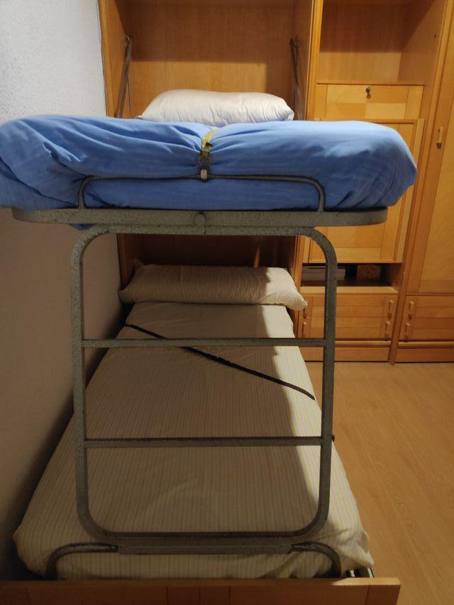 Mueble habitación dos camas, escritorio y armario.