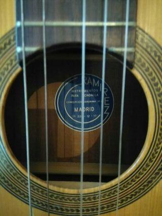 hola se vende gitarra RAMIREZ