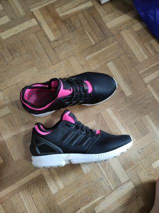 adidas torsion negras e interior en rosa.