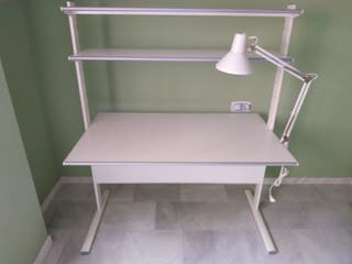 Mesa escritorio IKEA con flexo