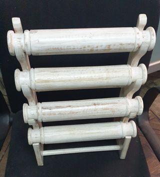 Expositor para pulseras y relojes, de madera