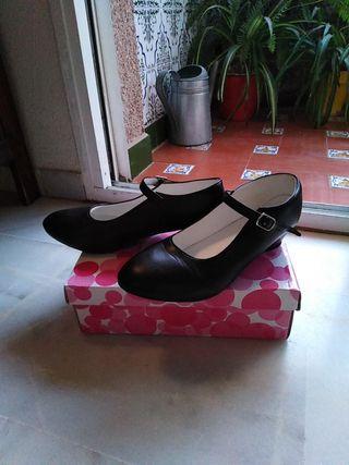 Zapato de tacón de baile flamenco.