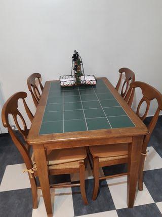 Mesa de madera con azulejos.