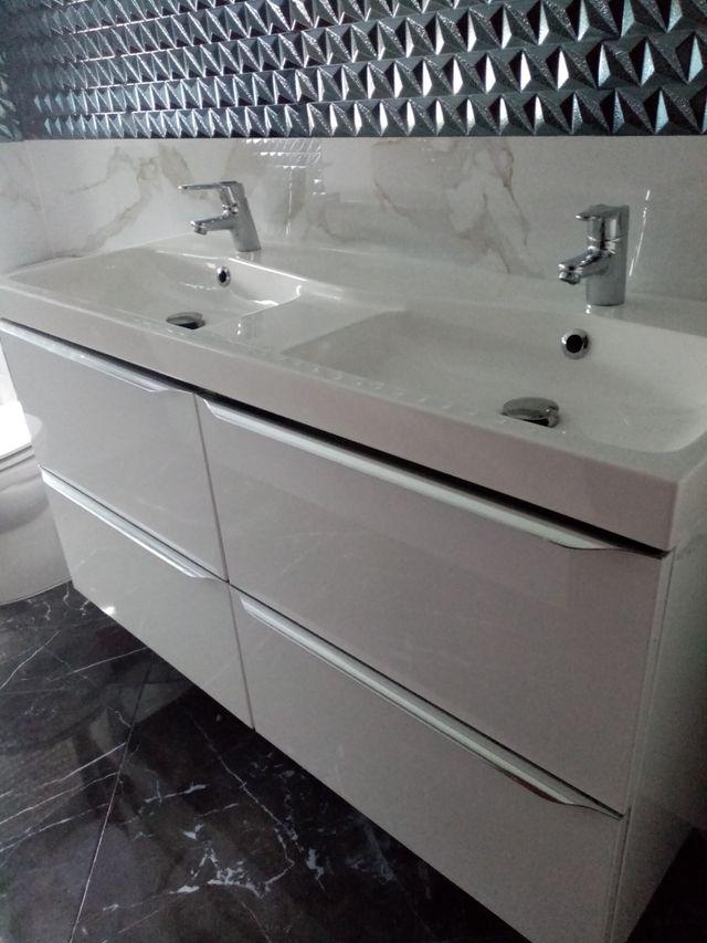 mueble colgado dos lavabos