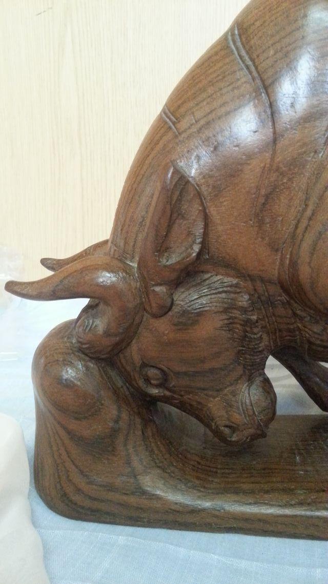 TORO. Escultura tallada en noble madera. Calidad
