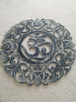 Símbolo budista de madera.