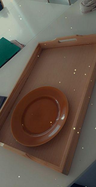 bandeja de madera para comer en dormitorio.