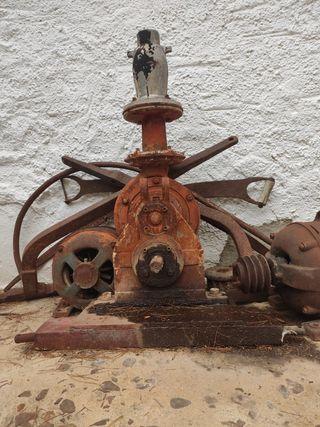 Bomba antigua de agua. Decorativa.