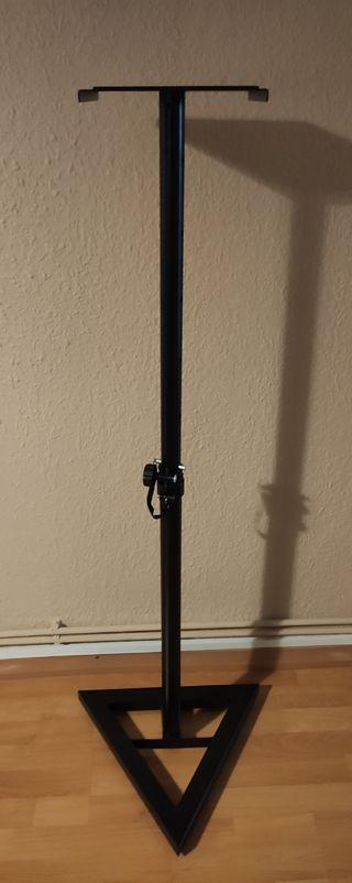 Dos soportes de altavoz de suelo sin usar