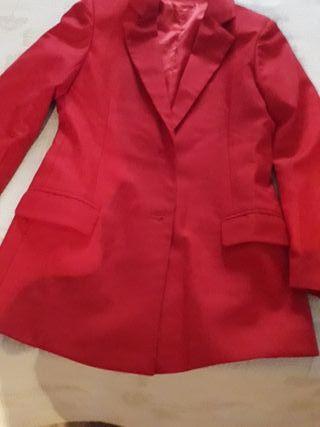 Chaqueta y pantalon rojo a juego