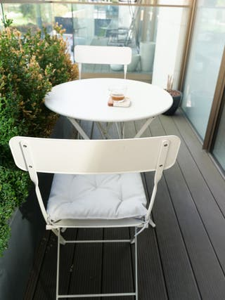 Balcony table + chairs