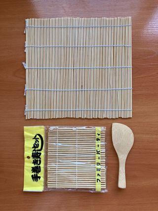 Esterillas de bambú y cuchara
