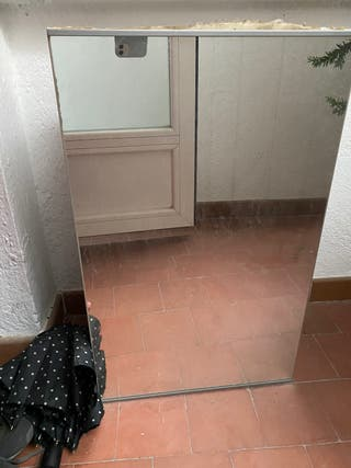 Mueble de baño blanco con espejo