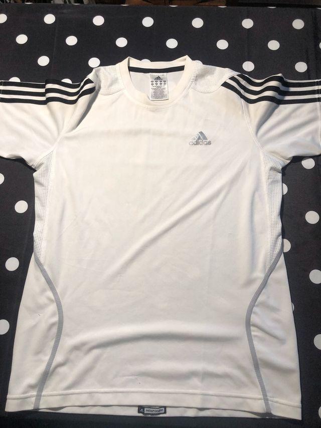 Distribución Islas Faroe estilo  Camiseta Adidas de segunda mano por 15 € en Valencia en WALLAPOP