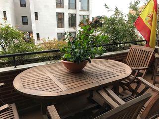 Mesa y sillones de terraza. De madera de teca