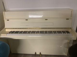 Piano vertical de pared blanco marfil Samick