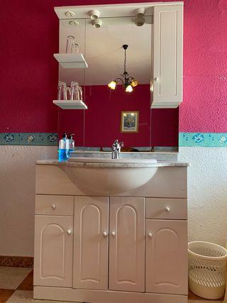 Armario de cuarto de baño con grifo