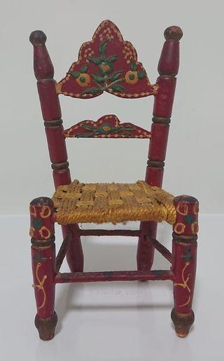 Antigua silla de juguete decorativa