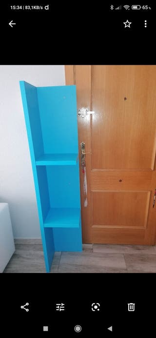 estanteria de madera azul