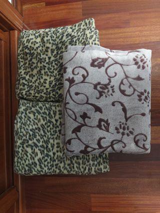 Toallas baño pequeñas/grandres y mantas cama/sofá