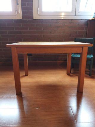 Mesa y silla de madera niño/a pequeño/a