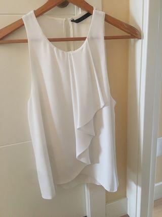 Blusa blanca con volante de Zara
