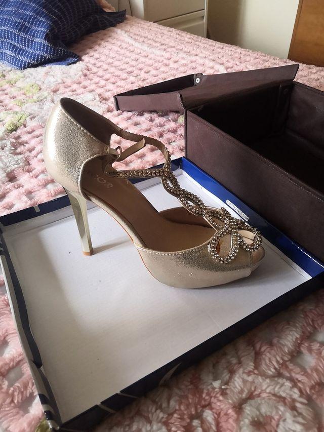 Zapatos de fiesta dorados