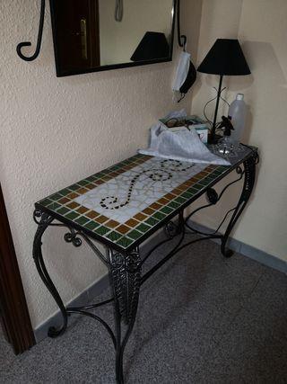 Mesa recibidor de hierro forjado con espejo.