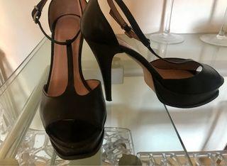 Sandalia tacón y plataforma peep toe piel negra