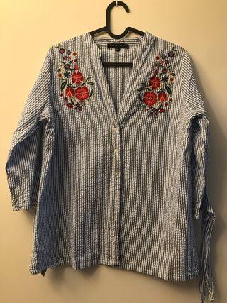 Blusa rayas azul-blanca con bordados por delante