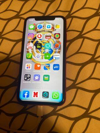 Se vende IPhone 11 rojo con protector de camara