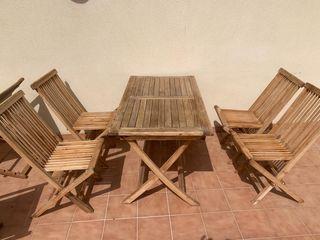 Mesa, sillas y tumbonas