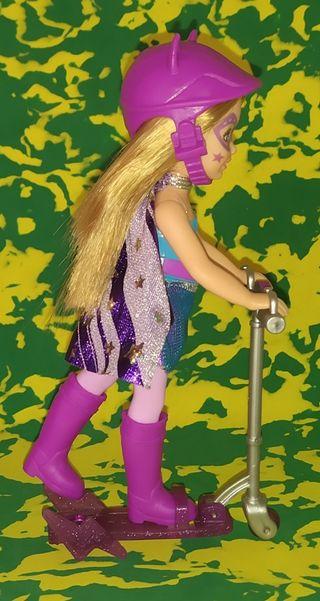 Chelsea hermana pequeña de Barbie monopatin.