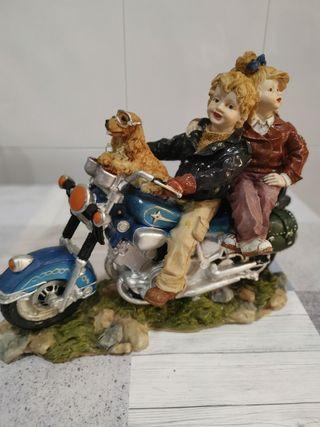 pareja en moto con mascota