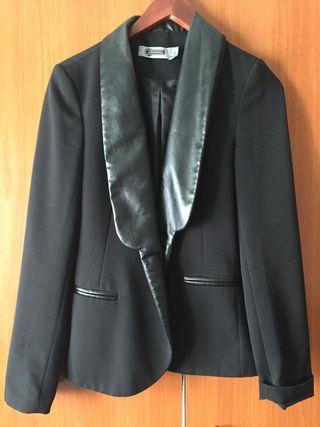 Blazer negro con cuello y bolsillos de cuero. S