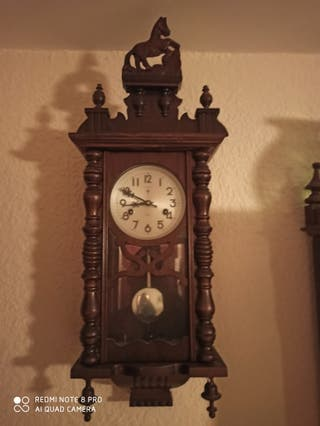 Reloj antiguo de pared retro de pendulo a cuerda