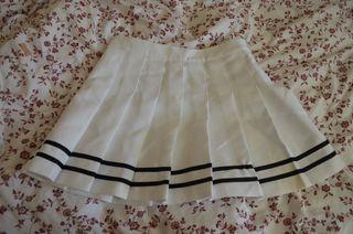 Falda corta, blanca y azul marino de H&M